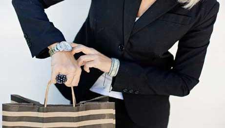 mujer-mirando-hora-reloj-pulsera